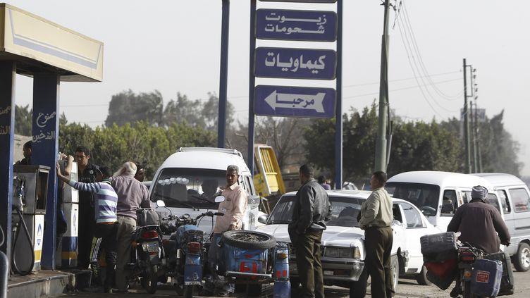 Une file d'attente devant une station service de Toukh, à 25 km au norddu Caire (Egypte), le 12 mars 2013. (AMR DALSH / REUTERS)