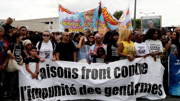 Plusieurs milliers de personnes ont défilé en mémoire d'Adama Traoré, le 21 juillet 2018, à Beaumont-sur-Oise (Val-d'Oise). (FRANCOIS GUILLOT / AFP)