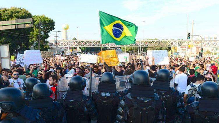 Les Brésiliens manifestent devant les troupes d'élite (TASSO MARCELO / AFP)