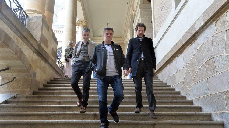 Daniel Legrand entouré de deux de ses avocats, Hugues Vigier et Julien Delarue, à Rennes, le 27 mai 2015. (  MAXPPP)