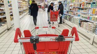 Des clients dans un supermarché Auchan, à Valence (Drôme), le 14 décembre 2019. (NICOLAS GUYONNET / HANS LUCAS / AFP)