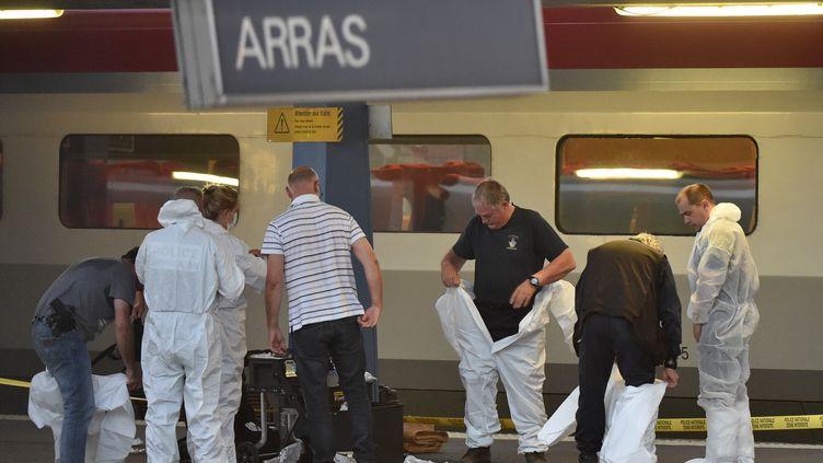 Des enquêteurs inspectentla scène de la fusillade qui a éclaté à bord d'un train Thalys, vendredi 21 août 2015, en gare d'Arras (Pas-de-Calais). (PHILIPPE HUGUEN / AFP)