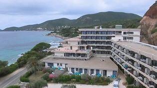 Si vous cherchez à réserver un hôtel pour vos vacances, vous risquez de ne pas trouver toutes les offres disponibles sur le site de la plateforme Booking. En effet, mécontents de l'attitude de la plateforme, les hôteliers se révoltent. (FRANCE 3)