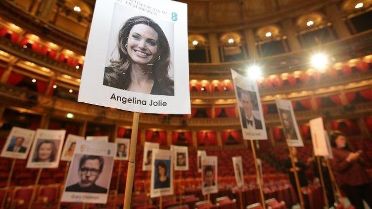 La préparation de l'emplacement des invités pour les Baftas 2018 à Londres  (Daniel LEAL-OLIVAS / AFP)