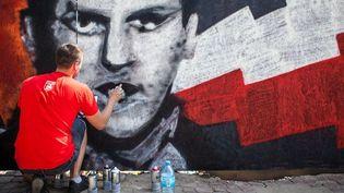 Des graffeurs polonais rendent hommages aux résistants de l'Insurrection de Varsovie en 1944  (WOJTEK RADWANSKI / AFP)