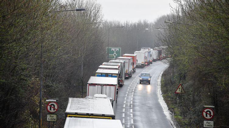 L'A2 à Douvres au Royaume-Uni saturée de camions qui attendent de rejoindre la France, le 23 décembre 2020. (ALAN LANGLEY / ANADOLU AGENCY)
