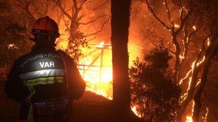 Les flammes de l'incendie qui ravage le Var depuis le 16 août ont déjà parcouru plus de 6 000 hectares. (AFP / SECURITE CIVILE)