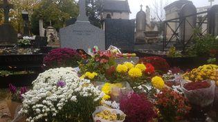 La tombe de Jacques Chirac, dans le cimetière du Montparnasse, à Paris. (SAMUEL MONOD / RADIOFRANCE)