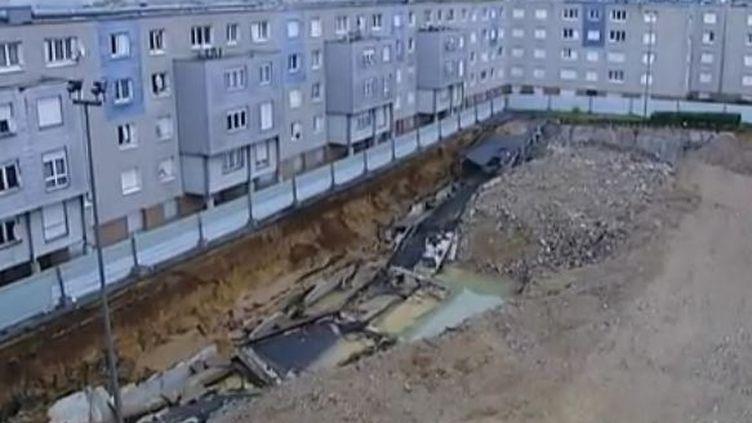 Un trou béant à Mantes-la-Jolie (Yvelines) après l'effondrement d'un parking souterrain. (FTVi)