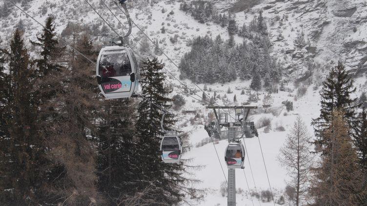 La télécabine de Val Cenis le Haut, l'une des principales remontées mécaniques du domaine skiable située en Haute Maurienne. (AURÉLIEN ACCART / RADIOFRANCE)