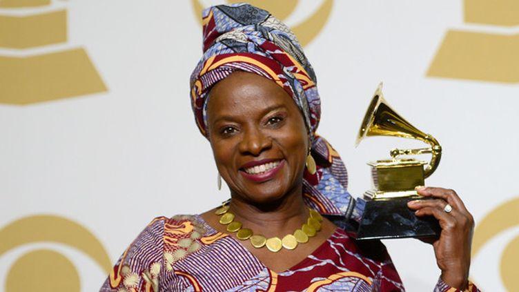 Angélique Kidjo reçoit le Grammy du Meilleur album de Musique du monde, dimanche 8 février 2015.  (Frazer Harrison / Getty Images North America / AFP)