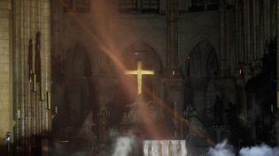 Fumée autour à l'intérieur de Notre-Dame de Paris après l'incendie du 14 avril 2019 (PHILIPPE WOJAZER / POOL)