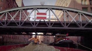 Le freeruner Jason Paul exécute des figures impressionnantes sur les toits de Hambourg, en Allemagne, pour le tournage d'un clip. (franceinfo)