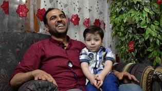 Omran et son père, à Alep (Syrie), le 6 juin 2017. (GEORGE OURFALIAN / AFP)