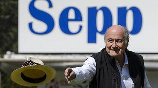Le président démissionnaire de la Fifa, Sepp Blatter, le 22 août 2015 lors d'une compétition à son nom à Ulrichen (Suisse). (FABRICE COFFRINI / AFP)