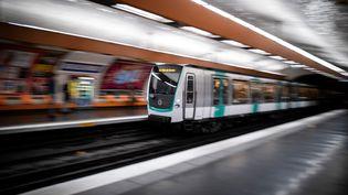 Un métro de la ligne 9 arrive en station, le 2 décembre 2019, à Paris. (LIONEL BONAVENTURE / AFP)