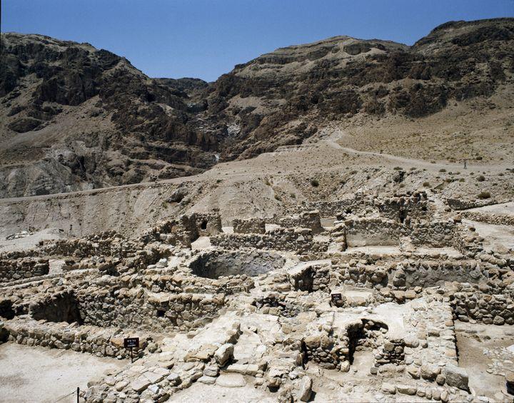 """Vue des grottes de Qumran (Quamran, Kumran ou Qoumran) sur la mer Morte où furent retrouvés les """"manuscrits de la Mer Morte"""". (Luisa Ricciarini/Leemage)"""