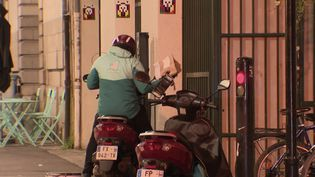 Les livreurs à vélo étaient les sauveurs de nos soirées lors du confinement. Désormais, ils roulent en scooter. (CAPTURE ECRAN FRANCE 3)
