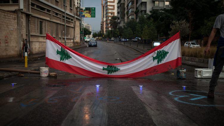 Un drapeau national barre l'entree (aux voitures) du quartier chrétiend'achrafieh, en direction du centre-ville de Beyrouth lors des manifestations de l'automne 2019. (BILAL TARABEY / LE PICTORIUM / MAXPPP)
