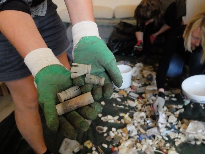 Les restes de cartouches de fusils de chasse, ramassés sur la plage, à Wimereux (Pas-de-Calais), dimanche 2 juillet 2017. (MARIE-ADELAÏDE SCIGACZ / FRANCEINFO)