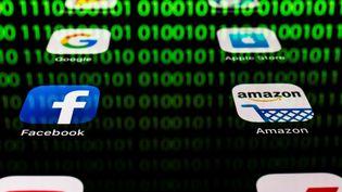 Les applications des Gafa sur un smartphone. (LIONEL BONAVENTURE / AFP)