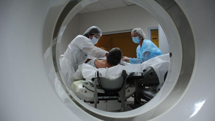 Des soignants traitent un homme présentant des symptomes du Covid-19, à Abbeville (Somme), le 15 juin 2020. (PASCAL BACHELET / BSIP / AFP)