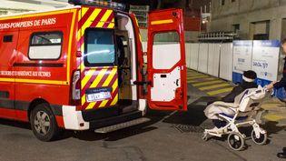 Une équipe de pompiers de la caserne de Bitche dépose une victime à l'hôpital Lariboisière, lundi 2 décembre 2019, à Paris. (GUILLEMETTE JEANNOT / FRANCEINFO)