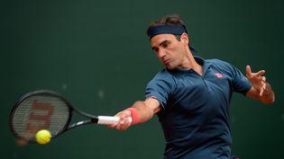 Roger Federer va retrouver la terre battue parisienne à l'occasion de cette édition 2021 de Roland-Garros. (FABRICE COFFRINI / AFP)