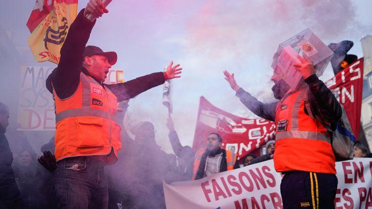 Des manifestants de la CGT-cheminots, le 5 décembre 2019,à Paris. (LAURE BOYER / AFP)