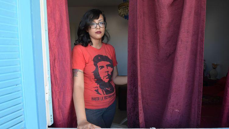 Le 14 juillet 2020, Emna Charki, 27 ans, face à l'objectif.Elle sera condamnéeà six mois de prison par un tribunal de Tunis pour une parodie postée sur Facebook le 4 mai 2020. (FETHI BELAID / AFP)