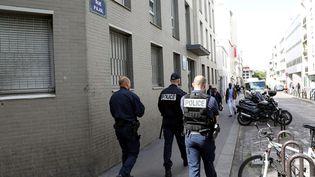 Des policiers patrouillent dans le quartier de la Chapelle, dans le nord de Paris, le 20 mai 2017. (MAXPPP)