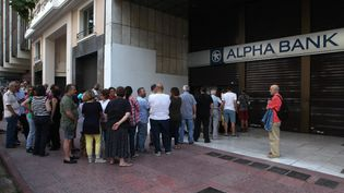 File d'attente devant une banque d'Athènes (Grèce), le 28 juin 2015. (AYHAN MEHMET / ANADOLU AGENCY / AFP)
