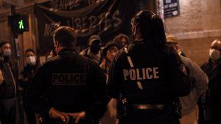 Des policiers s'entretiennent avec des propriétaires de bars et de restaurants réunis pour protester à Paris contre un couvre-feu, le 28 septembre 2020. (GEOFFROY VAN DER HASSELT / AFP)