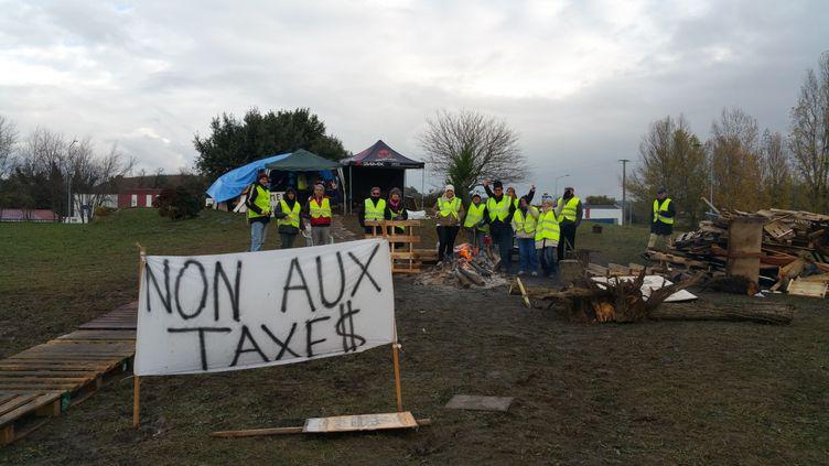 """Des """"gilets jaunes"""" au rond-point de Tain-l'Hermitage, dans la Drôme, le 27 novembre 2018. (SUZANNE SHOJAEI / FRANCE-BLEU DRÔME-ARDÈCHE)"""