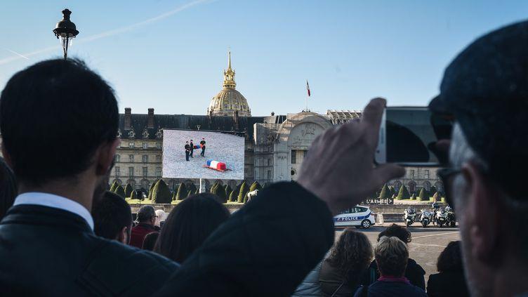 La foule suit la retransmission de l'hommage national aux abords des Invalides, le 05/10/18  (LUCAS BARIOULET / AFP)