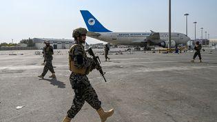 Les forces spéciales talibanes sécurisent l'aéroport de Kaboul (Afghanistan) après le départ des derniers soldats américains, le 31 août 2021. (WAKIL KOHSAR / AFP)