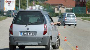 Une personne prend un cours de conduite dans une voiture sans permis, le 8 septembre 2009, à Saint-Denis-lès-Bourg (Ain). (MAXPPP)