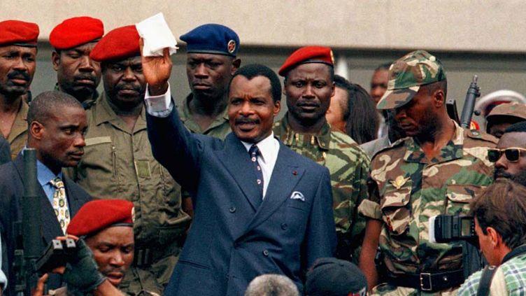 25 octobre 1997: Denis Sassou Nguesso quitte le Parlement après avoir prêté serment comme nouveau président de la République du Congo. (Reuters)