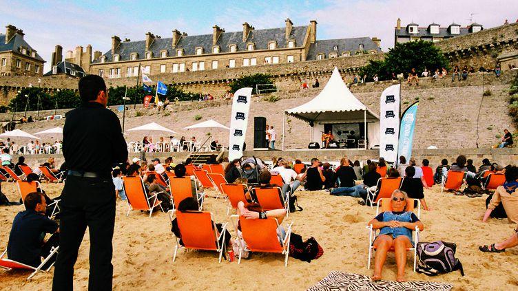 Chaque jour, des concerts gratuits sont proposés sur la plage de Saint-Malo  (Pauline Auzou)
