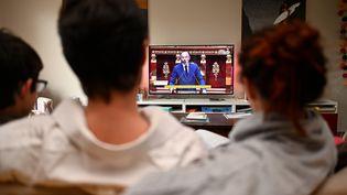 Une famille,à Hede-Bazouges en Ille-et-Vilaine, regarde le Premier ministre, Edouard Philippe, s'exprimer à l'Assemblée nationale, le 28 avril (photo d'illustration). (DAMIEN MEYER / AFP)