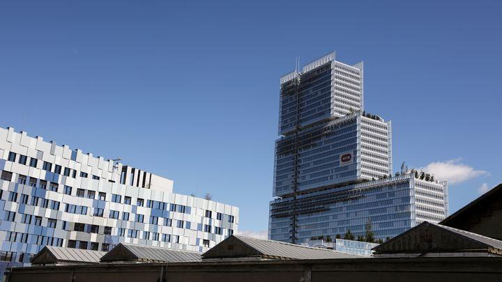 Le futur palais de Justice de Paris (droite) et le bâtiment de la nouvelle direction régionale de la police judiciaire (gauche). (LUDOVIC MARIN / AFP)