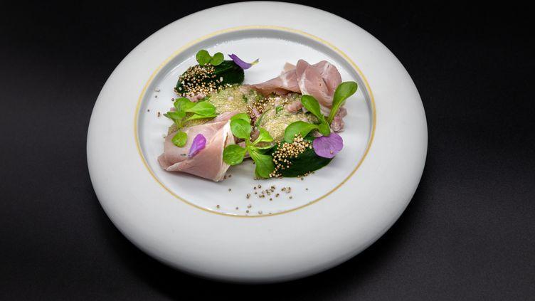 Jambon de porc du Béarn, mâche du jardin et amarante, la recette de Christophe Hay à La Maison d'à Côté. (CHRISTOPHE HAY)