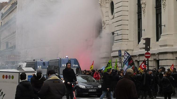 Des manifestants devant un immeuble abritant le siège de BlackRock France à Paris, le 7 janvier 2020. (CAROLE GUIRADO / AFP)