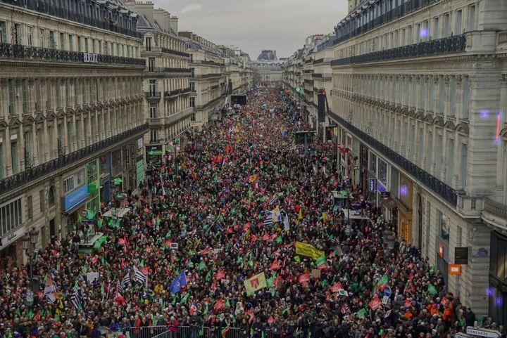 La photo de la manifestation contre la PMA avenue de l'Opéra à Paris le 19 janvier 2020, analysée par le logiciel en ligne Forensically. Les zones suspectes apparaissent en surbrillance mauve. (FORENSICALLY)
