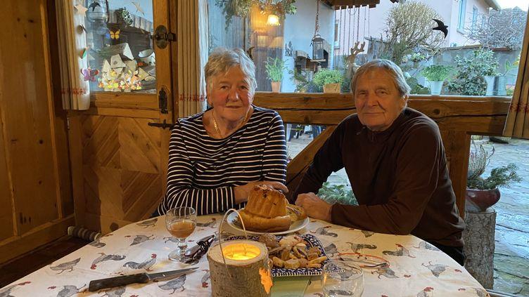 Lise et Robert Tornare,chez eux à Wintzenheim (Haut-Rhin), fin décembre 2020. (LAURIANE DELANOE / RADIO FRANCE)