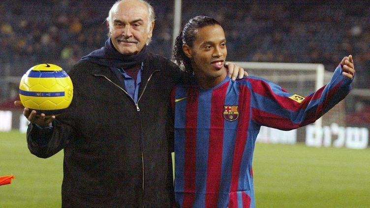Sean Connery et Ronaldinho au Camp Nou en 2005.  (CESAR RANGEL / AFP)