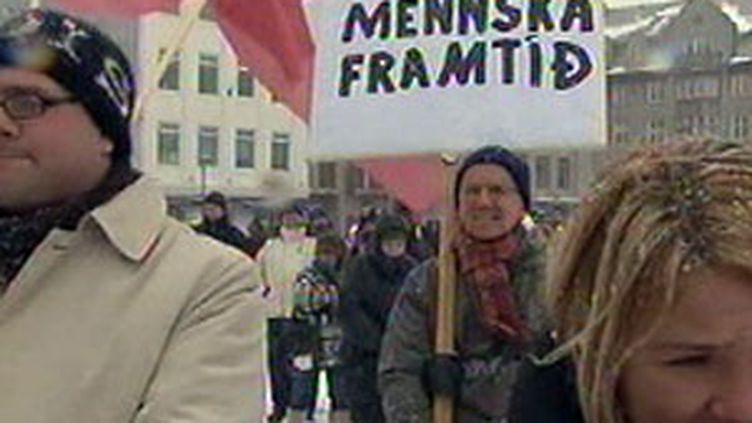 Les Islandais manifestent contre la loi et accord financier Icesave, début 2010. (F3)