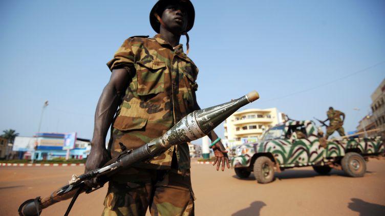 Des soldats centrafricains patrouillent dans les rues de la capitale, Bangui, jeudi 5 décembre 2013. (SIA KAMBOU / AFP)