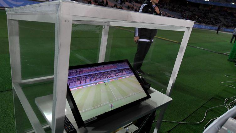Un système vidéo aux abords d'un terrain de football, à Yokohama (Japon), le 15 décembre 2016. (TOSHIFUMI KITAMURA / AFP)