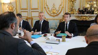 Le président Emmanuel Macron et le ministre de la Transition écologique François de Rugy face à Edouard Philippe lors du premier Conseil de défense écologique, le 23 mai 2019 à l'Elysée. (LUDOVIC MARIN / AFP)